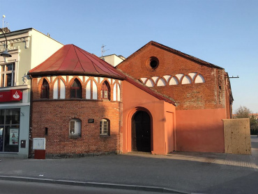 Budynek dawnej hali sportowej w Ełku przeznaczony na renowację. Zbudowany z czerwonej cegły.