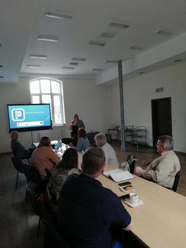 Spotkanie Ełckiego Forum Rewitalizacji nt. polityki parkingowej. Uczestnicy oglądają prezentację.